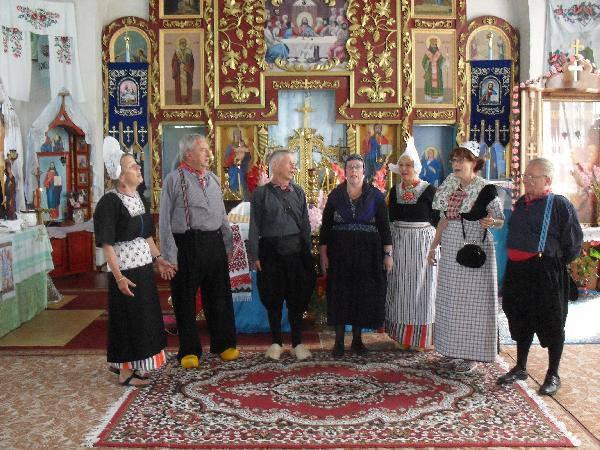 Zarjanka in t kerk in t dorp Olischevka in Oekraine august 2013