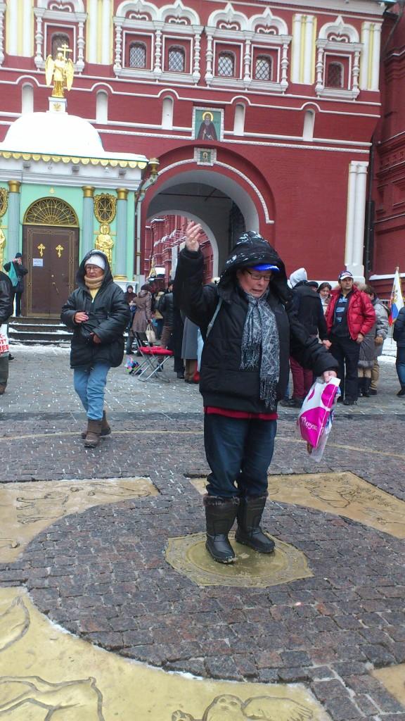 Adri staat in het midden van het cirkel en gooit de kopejka's op ooit terug naar Moskou te komen. 8.12.12.