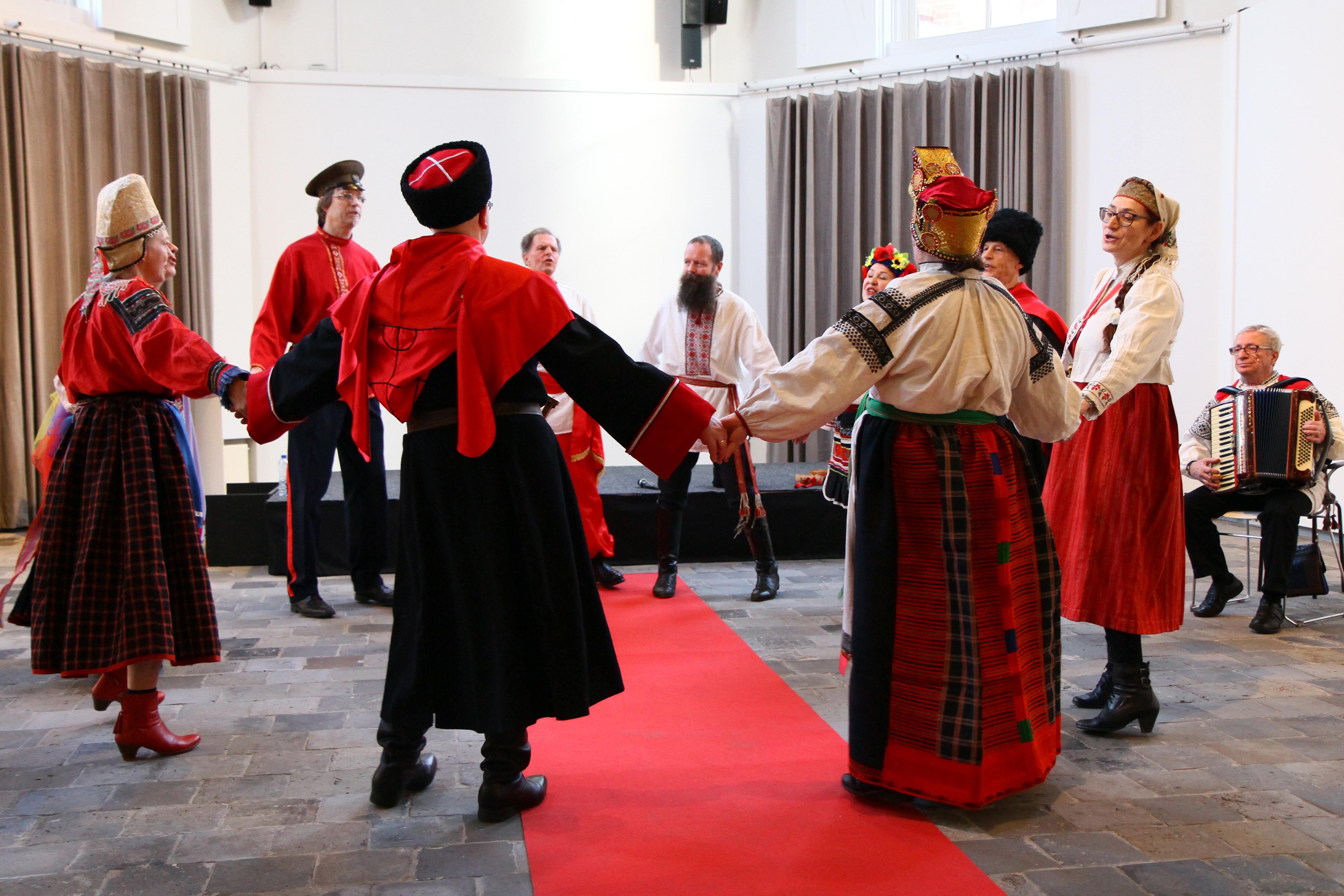 Zarjanka zingt en danst in Drents museum. foto: J. Koldewijn.