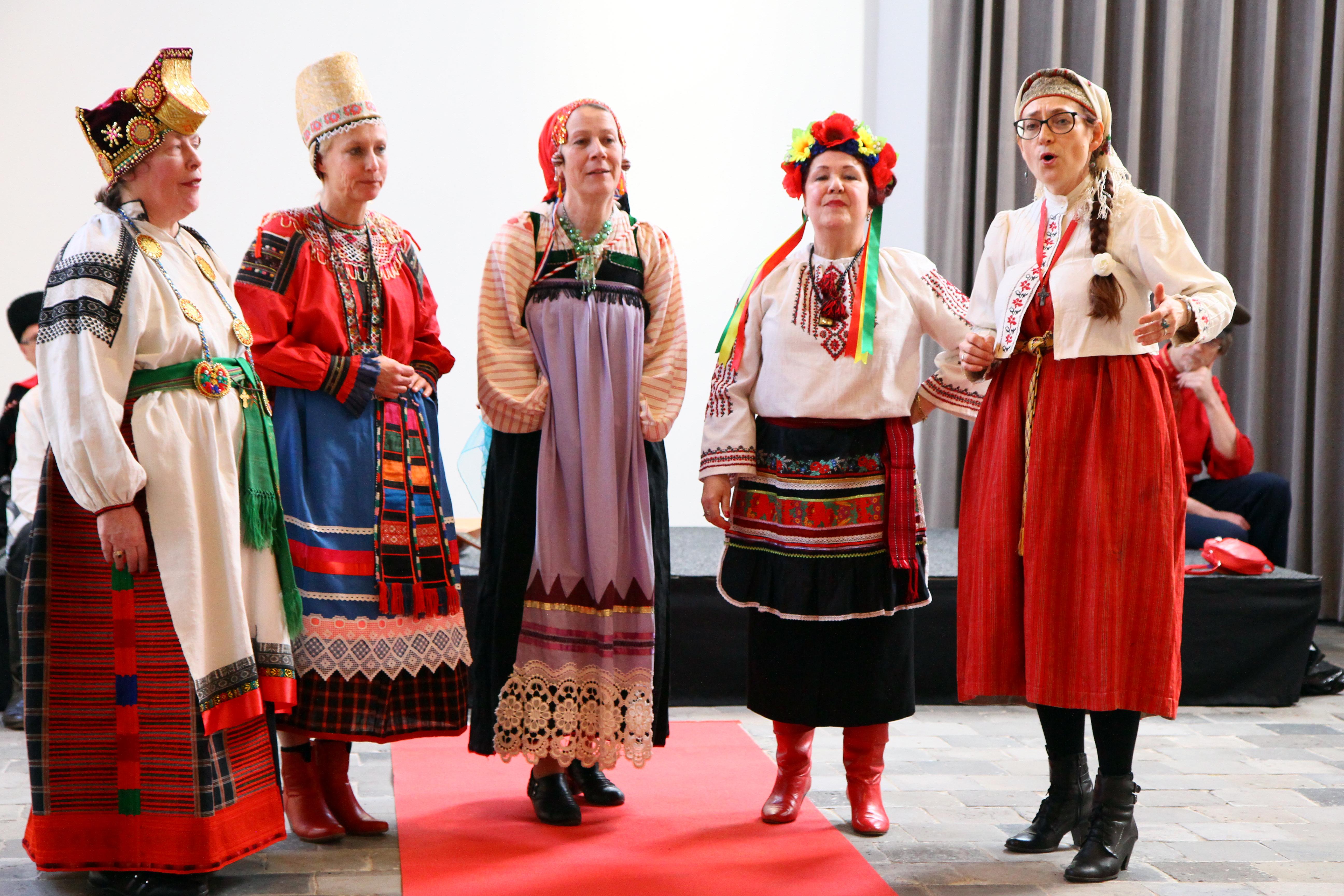 Vrouwen groep van Zarjanka zingt in Drents museum. foto: J.